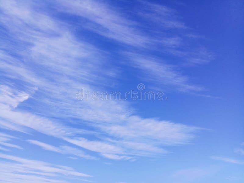 Fondo del cielo azul con las nubes blancas foto de archivo