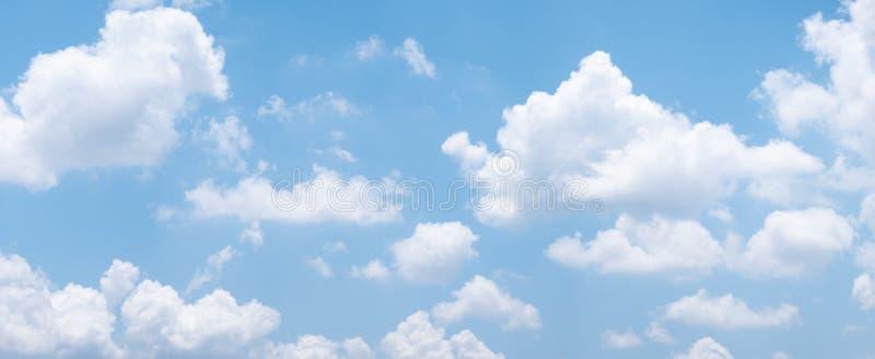 Fondo del cielo azul con las nubes blancas durante día Panorama foto de archivo