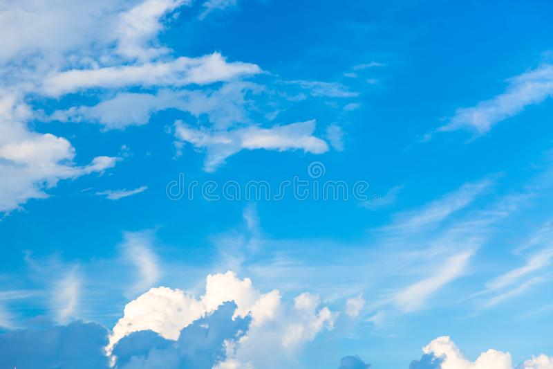 Fondo del cielo azul con las nubes Puede ser utilizado como fondo natural fotos de archivo libres de regalías