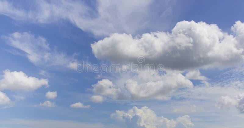 Fondo del cielo azul con las nubes suaves foto de archivo