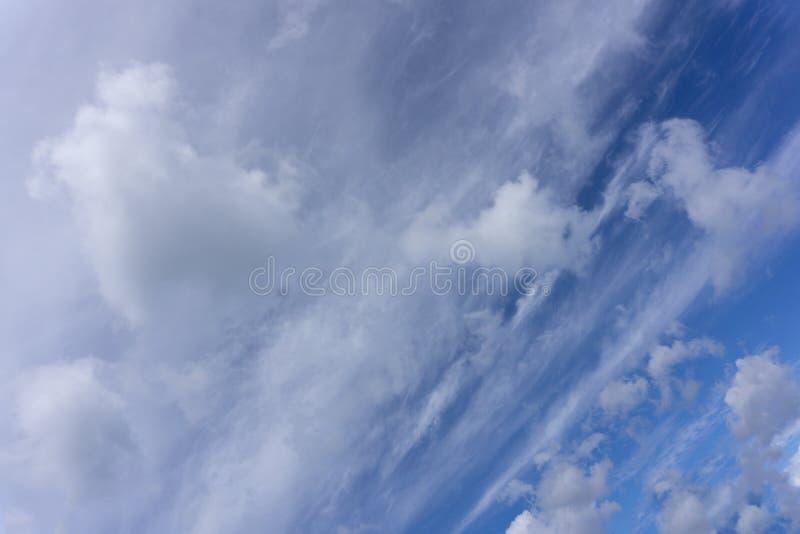 Fondo del cielo azul con las nubes y la luz del sol imágenes de archivo libres de regalías