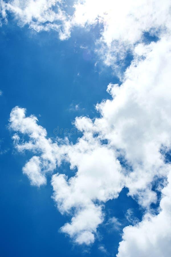 Fondo del cielo azul y de las nubes imagenes de archivo