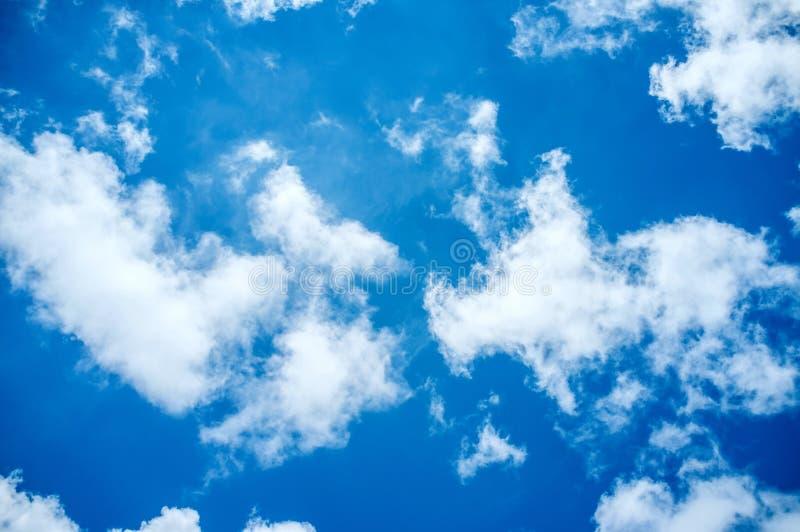 Fondo del cielo azul y de las nubes fotografía de archivo
