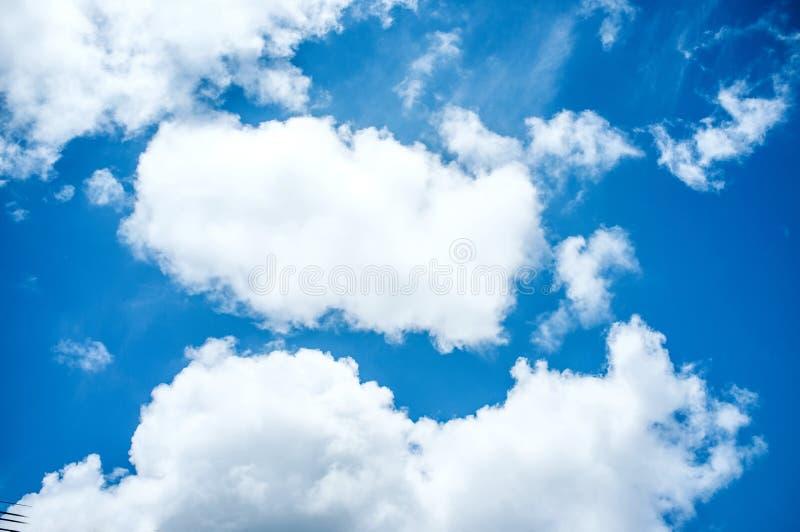 Fondo del cielo azul y de las nubes imagen de archivo