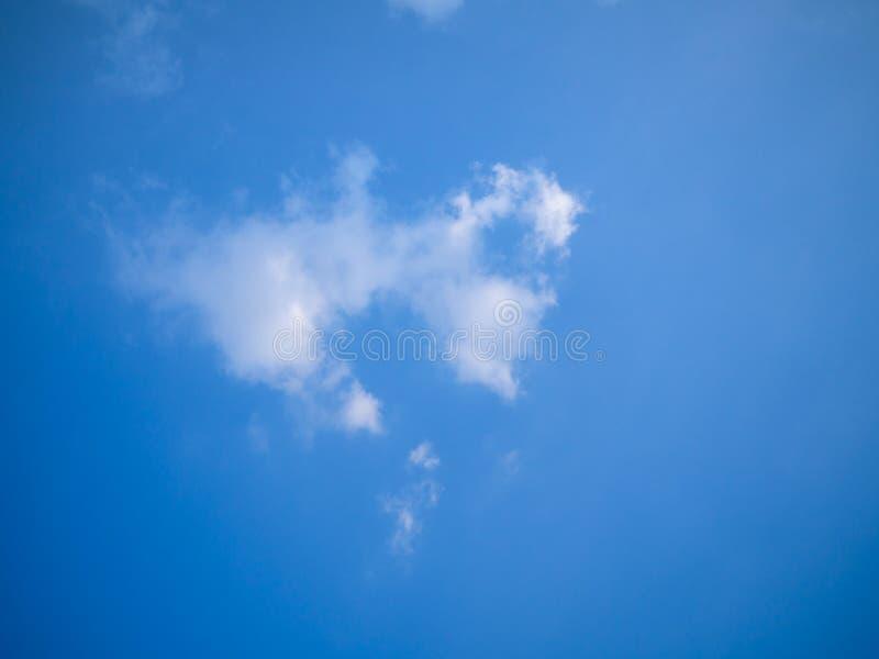 Fondo del cielo blu con fare galleggiare le nuvole minuscole fotografia stock