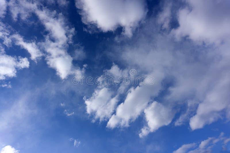 Fondo del cielo blu con la caduta della carta delle nuvole fotografie stock libere da diritti