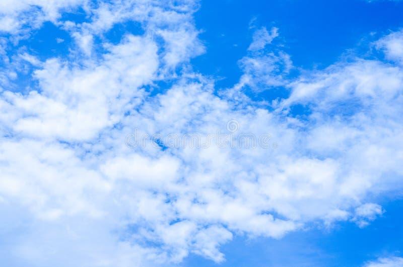 Download Fondo Del Cielo Blu Con Le Nuvole Bianche Fotografia Stock - Immagine di ambiente, estate: 55360538