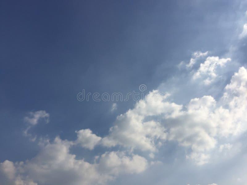 Fondo del cielo blu con le nuvole bianche fotografie stock