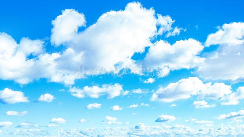 Fondo del cielo blu con le nuvole nel giorno di estate immagine stock libera da diritti