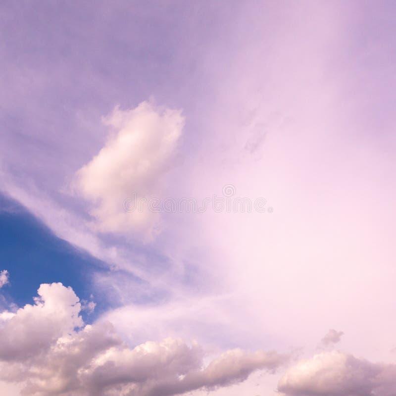 Fondo del cielo con claro limpio brillante de la luz blanca azul de la nube foto de archivo