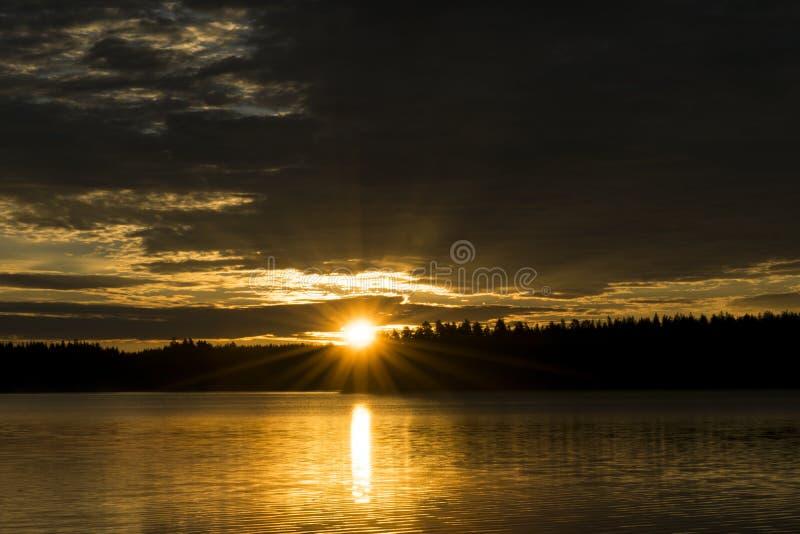 Fondo del cielo de la puesta del sol El cielo dramático de la puesta del sol del oro con el cielo de la tarde se nubla sobre el m foto de archivo libre de regalías