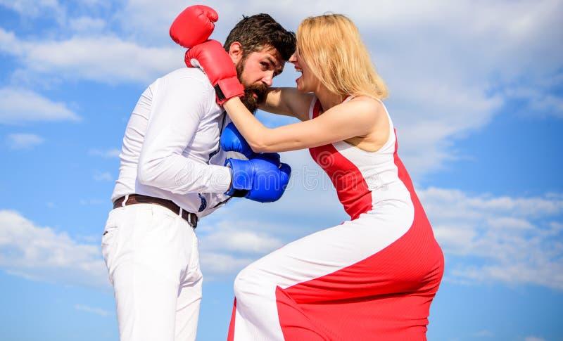 Fondo del cielo dei guantoni da pugile di lotta della donna e dell'uomo L'attacco è migliore difesa Coppie nel pugilato di amore  immagini stock