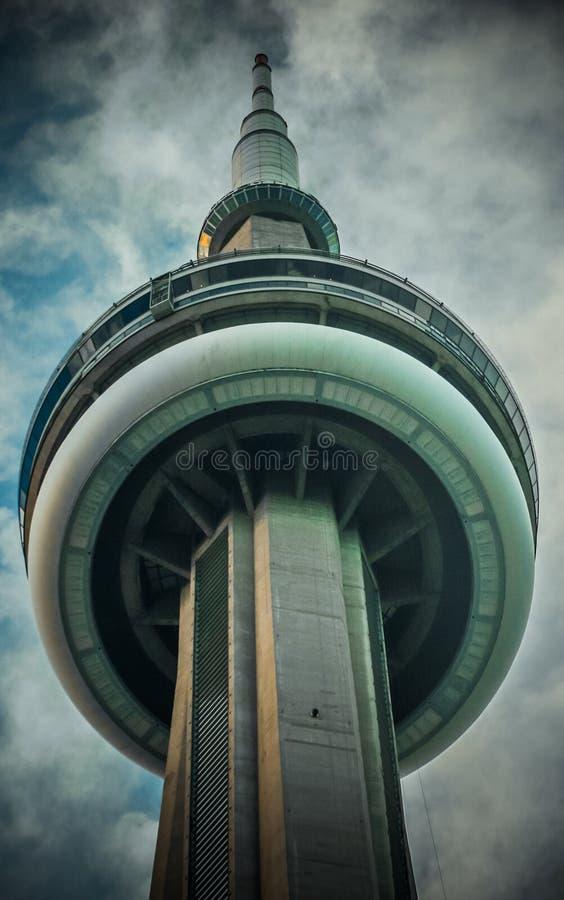Fondo del cielo della torre del CN di Bild immagini stock