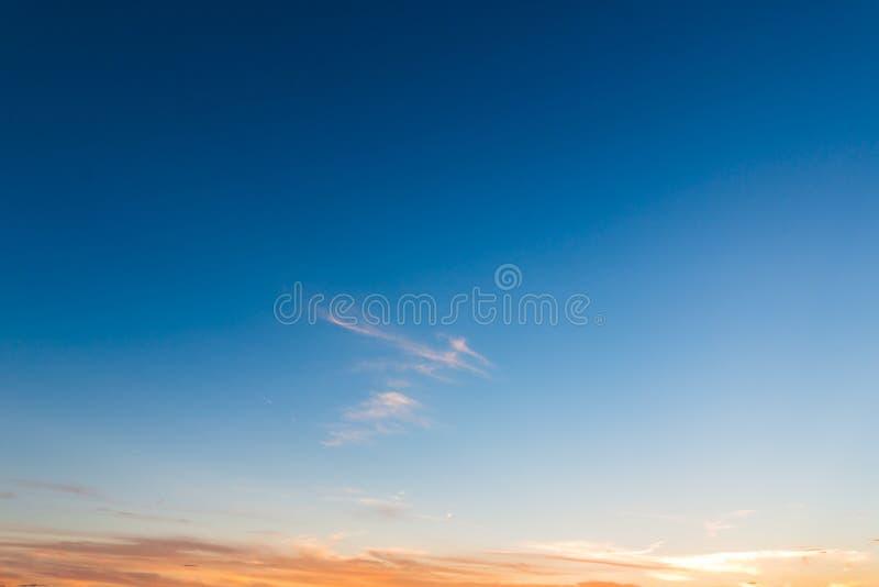 Fondo del cielo di tramonto Sfondo naturale di tempo di sera fotografia stock libera da diritti