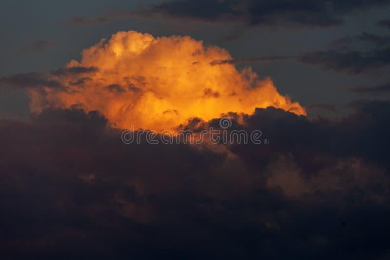 Fondo del cielo e delle nuvole rossi sangue di sera immagine stock