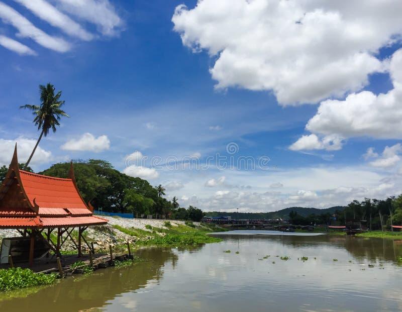 Fondo del cielo nuvoloso di Sakae Krang Riverside On Blue nella provincia di Uthai Thani, Tailandia fotografie stock