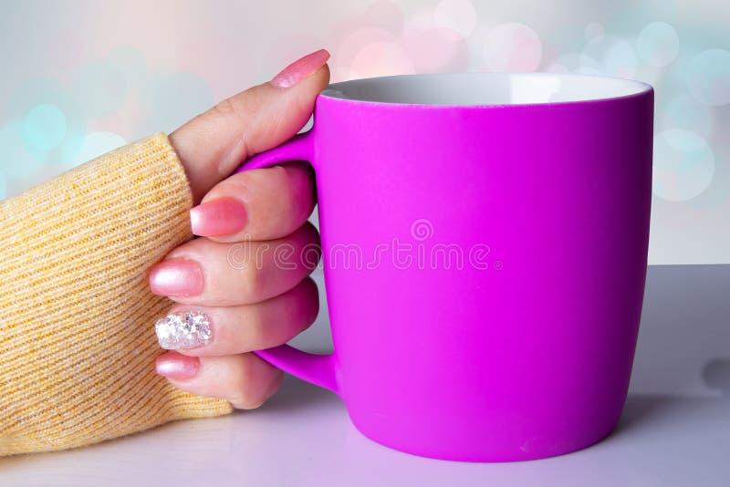 Fondo del clavo Primer de la mano de una mujer con maníaco rosado brillante fotos de archivo