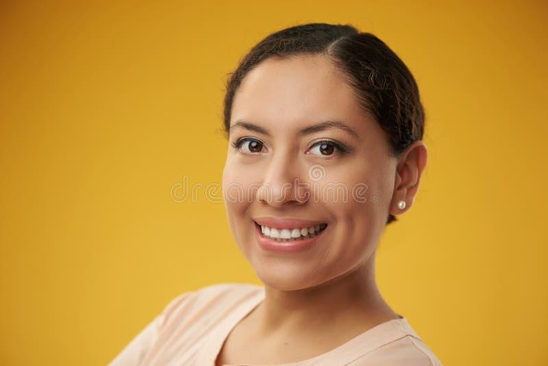 Fondo del color del headshot de Latina foto de archivo