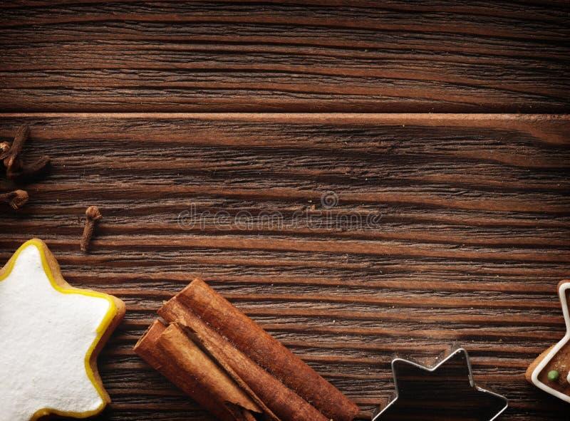 Fondo del concepto de la hornada con las especias y los utensilios para las galletas de la Navidad foto de archivo