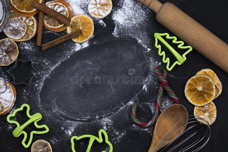 Fondo del concepto que cuece con las especias y los utensilios para la Navidad fotografía de archivo