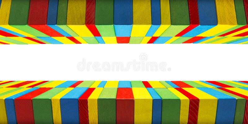 Fondo del confine dei blocchetti dei giocattoli, legno di colore dei giochi dei bambini fotografie stock libere da diritti