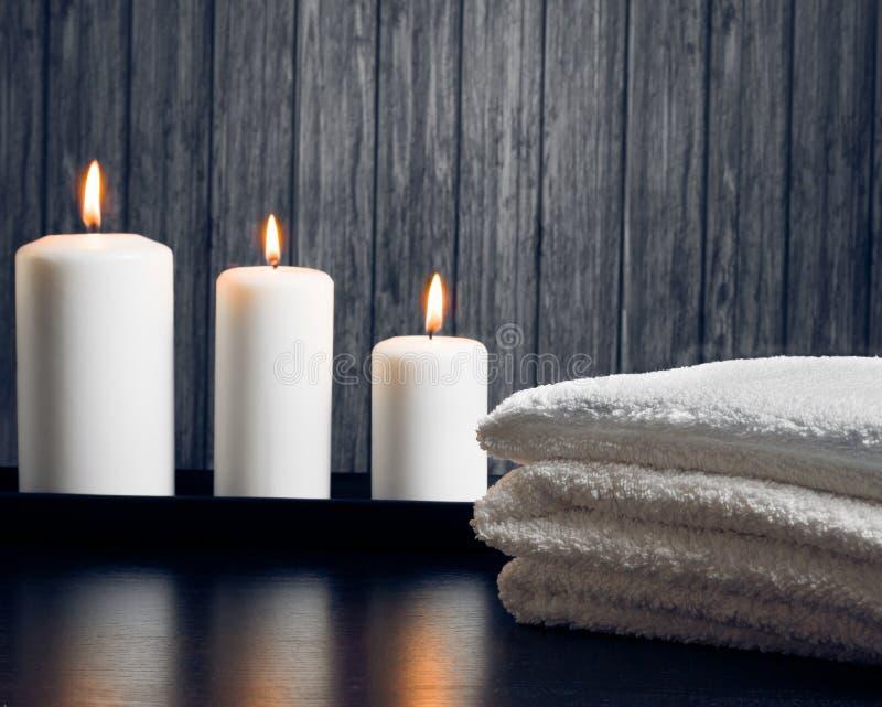 Fondo del confine di massaggio della stazione termale con l'asciugamano impilato e le candele fotografie stock libere da diritti