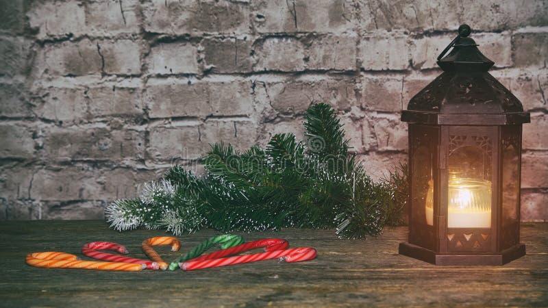 Fondo del día de fiesta del Año Nuevo de la Navidad galletas del pan de jengibre y tabla del árbol de la rama del abeto foto de archivo