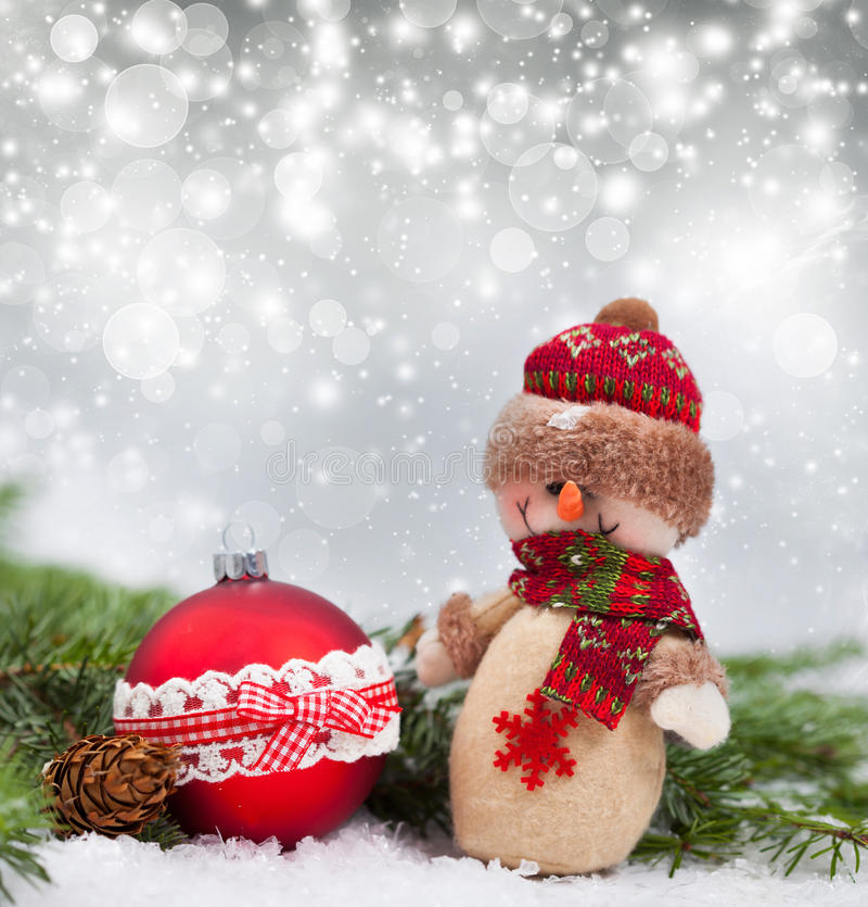 Fondo del día de fiesta con la bola de la Navidad y la estatuilla del muñeco de nieve fotos de archivo libres de regalías