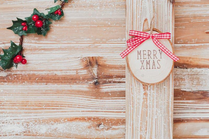Fondo del día de fiesta con la feliz muestra de madera de Navidad imagen de archivo libre de regalías