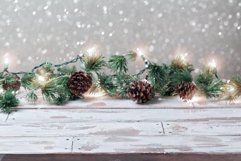 Fondo del día de fiesta de la Navidad con las luces blancas de madera vacías de la tabla y de la Navidad fotos de archivo libres de regalías