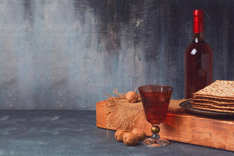 Fondo del día de fiesta de la pascua judía con el vino y el matzoh en el tablero de madera fotografía de archivo