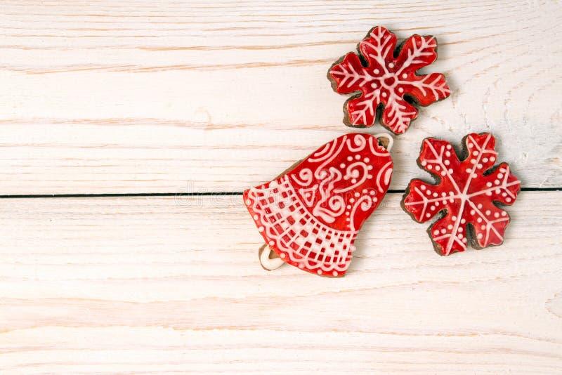 Fondo del día de fiesta del Año Nuevo de la Navidad Galletas rojas del pan de jengibre imagen de archivo libre de regalías