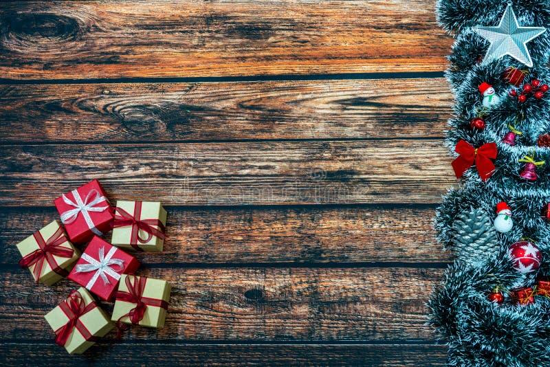 Fondo del día de fiesta de la Navidad con las cajas y las decoraciones de regalo en la tabla de madera fotos de archivo