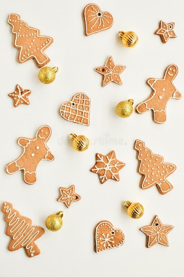 Fondo del día de fiesta Las galletas hechas en casa tradicionales del pan de jengibre azucaran helar formado como un pequeño homb fotos de archivo libres de regalías