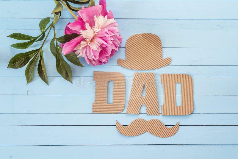 Fondo del día de padres con las letras y la peonía púrpura o de la cartulina imágenes de archivo libres de regalías