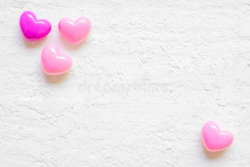 Fondo del día de San Valentín con los corazones rosados en el fondo de madera blanco del grunge, visión superior con el espacio d fotos de archivo