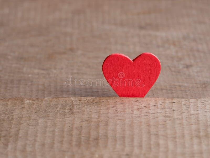 Fondo del día de tarjetas del día de San Valentín con el corazón rojo en el piso de madera Amor y concepto de la tarjeta del día  foto de archivo libre de regalías