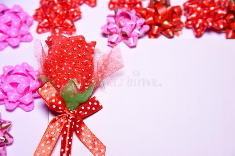 Fondo del día de tarjetas del día de San Valentín Rosa roja en la libreta en blanco para los lazos de satén del espacio y de la c imagen de archivo libre de regalías