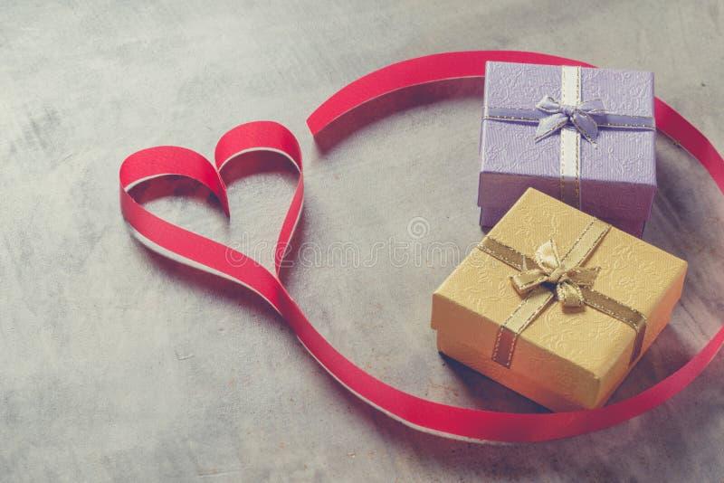 Fondo del día del ` s de la tarjeta del día de San Valentín, corazón rojo con la rosa roja del blanco, cinta fotos de archivo