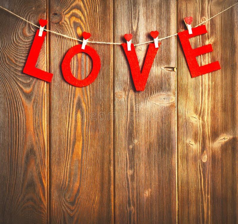 fondo del día del ` s de la tarjeta del día de San Valentín Corazones rojos en de madera fotos de archivo