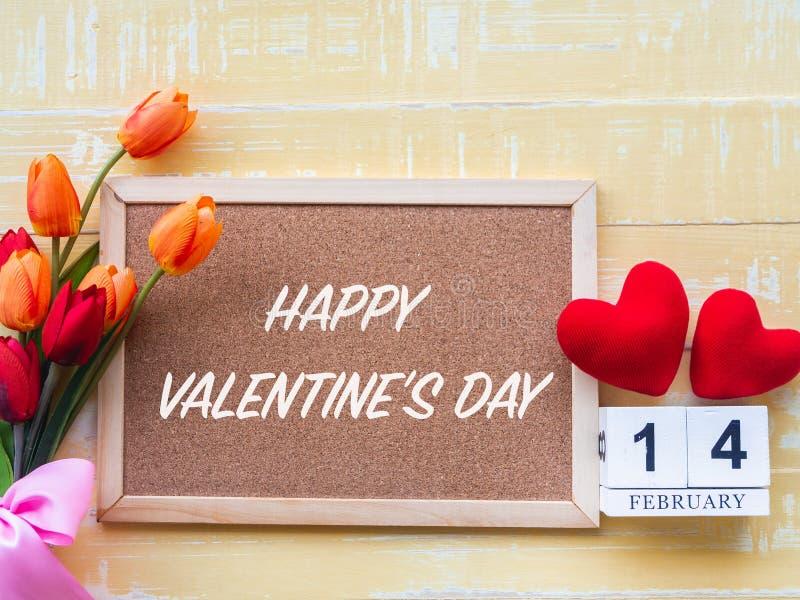 Fondo del día del ` s de la tarjeta del día de San Valentín Corazón rojo, el 14 de febrero calendario de madera, flor en fondo de imágenes de archivo libres de regalías