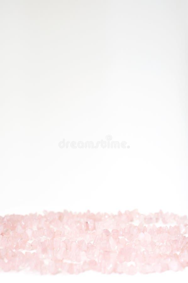Fondo del día del ` s de la tarjeta del día de San Valentín hecho por el cristal de cuarzo color de rosa curativo fotos de archivo