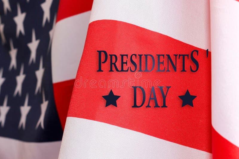 Fondo del día del ` s del presidente El texto del DÍA del ` S del PRESIDENTE y de la bandera de los E.E.U.U. imágenes de archivo libres de regalías