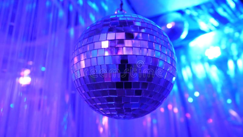 Fondo del disco con la bola de discoteca retra brillante Gran fondo para el partido de disco o el pequeño evento del Karaoke Tema imágenes de archivo libres de regalías