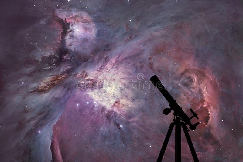 Fondo del espacio con la silueta del telescopio Orion Nebula foto de archivo libre de regalías