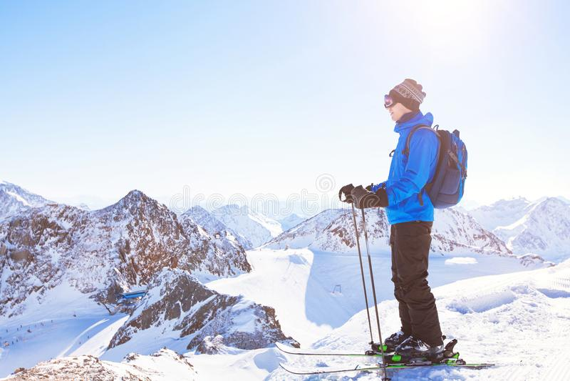 Fondo del esquí, esquiador en el paisaje hermoso de la montaña, vacaciones de invierno imagenes de archivo