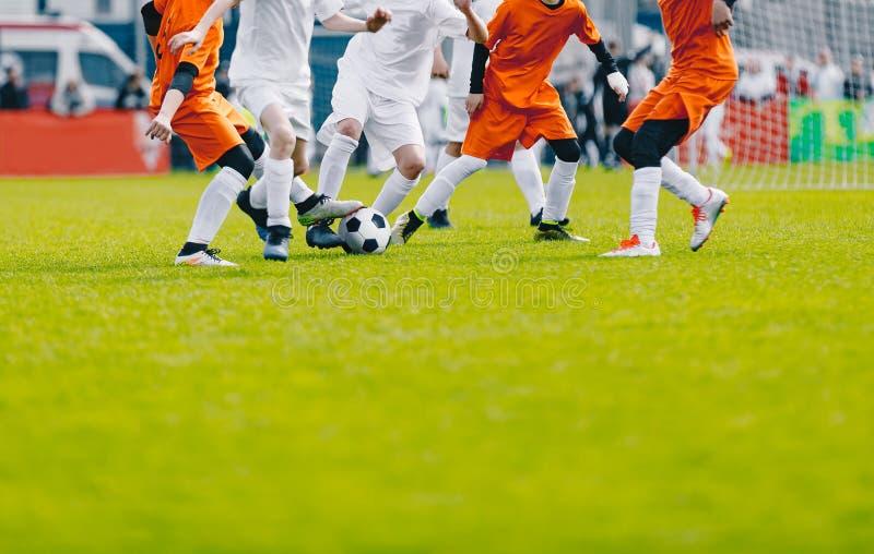 Fondo del fútbol con el espacio de la copia Futbolistas que golpean la bola con el pie en la echada fotos de archivo