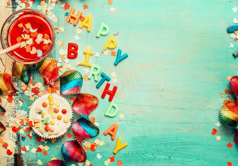 Fondo del feliz cumpleaños con las letras, decoración roja, torta y bebidas, visión superior, lugar para el texto imágenes de archivo libres de regalías