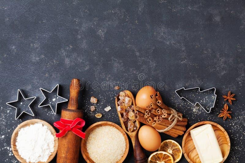 Fondo del forno con gli ingredienti di cottura per natale che cucina vista superiore Vista superiore della farina, dello zucchero fotografie stock