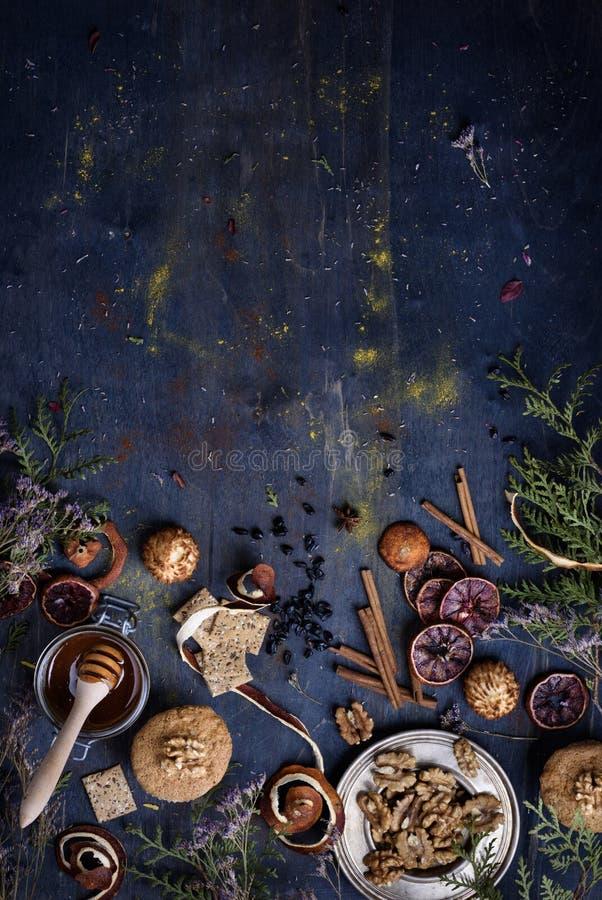 Fondo del forno, pasticceria fresca con gli ingredienti su un woode blu immagini stock